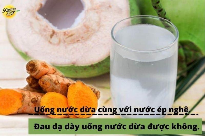 Uống nước dừa cùng với nước ép nghệ giảm đau dạ dày hiệu quả.