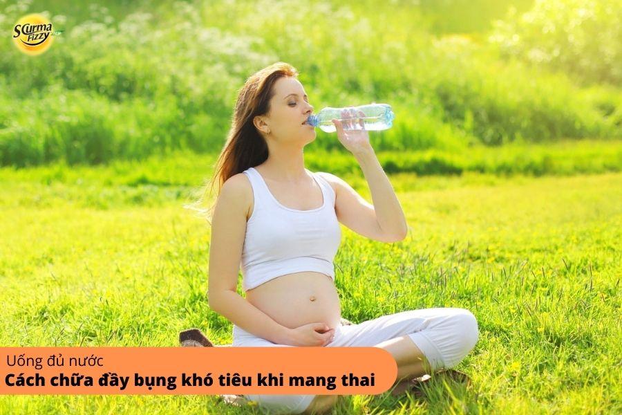 Uống nước đầy đủ là cách chữa đầy bụng khó tiêu khi mang thai đơn giản